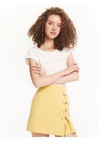TROLL - Spódnica damska z kontrafałdą z boku i ozdobnym wiązaniem. Stan: podwyższony. Kolor: żółty. Materiał: tkanina. Sezon: jesień, zima