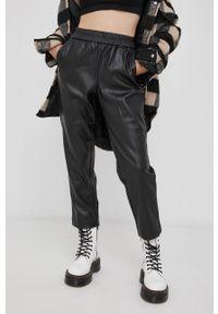 only - Only - Spodnie. Kolor: czarny. Materiał: tkanina, skóra