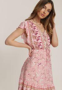 Renee - Jasnoróżowa Sukienka Sthethy. Kolor: różowy