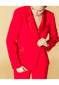 Manila Grace - MANILA GRACE - Czerwona marynarka z błyszczącymi klapami. Kolor: czerwony. Długość rękawa: długi rękaw. Długość: długie. Styl: klasyczny, elegancki #3