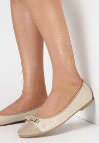 Born2be - Beżowe Balerinki Phoiphe. Nosek buta: okrągły. Zapięcie: bez zapięcia. Kolor: beżowy. Materiał: skóra, lakier. Szerokość cholewki: normalna. Wzór: aplikacja. Sezon: lato, wiosna. Obcas: na płaskiej podeszwie