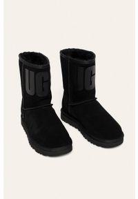 Czarne śniegowce Ugg na obcasie, z cholewką