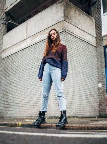 dziewczyna w czarnych lakierowanych butach
