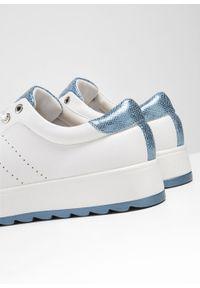 Białe buty sportowe bonprix na platformie, na sznurówki