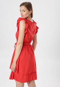 Born2be - Czerwona Sukienka Ermenegilda. Okazja: na wesele, na ślub cywilny. Typ kołnierza: kokarda, kołnierz z falbankami, dekolt kopertowy. Kolor: czerwony. Materiał: materiał. Typ sukienki: kopertowe. Długość: mini