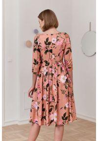 Marie Zélie - Sukienka Melania Penumbra łososiowa. Kolor: różowy. Długość rękawa: krótki rękaw