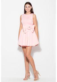 e-margeritka - Sukienka rozkloszowana z kokardą różowa - xl. Okazja: na wesele, na ślub cywilny, na studniówkę. Typ kołnierza: kokarda. Kolor: różowy. Materiał: poliester. Długość rękawa: bez rękawów. Typ sukienki: proste. Styl: elegancki
