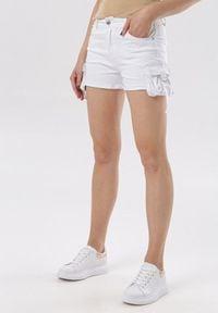 Born2be - Białe Szorty Vivialori. Okazja: na co dzień. Stan: podwyższony. Kolor: biały. Materiał: jeans. Długość: długie. Styl: sportowy, casual