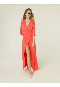 Madnezz - Sukienka Monica - koral. Okazja: na spotkanie biznesowe. Kolor: pomarańczowy. Materiał: wiskoza, elastan. Typ sukienki: proste, kopertowe. Styl: wakacyjny, biznesowy. Długość: midi