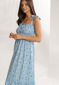 Renee - Niebieska Sukienka Elrinraya. Typ kołnierza: dekolt kwadratowy. Kolor: niebieski. Długość rękawa: na ramiączkach. Wzór: kwiaty, aplikacja, nadruk. Sezon: lato. Styl: retro. Długość: maxi