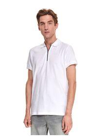 TOP SECRET - T-shirt polo męski gładki. Okazja: do pracy. Typ kołnierza: polo. Kolor: biały. Długość: krótkie. Wzór: gładki. Materiał: bawełna, tkanina. Długość rękawa: krótki rękaw. Sezon: jesień. Styl: elegancki