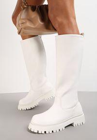 Renee - Białe Kozaki Peisilaira. Nosek buta: okrągły. Zapięcie: bez zapięcia. Kolor: biały. Wzór: gładki. Styl: rockowy