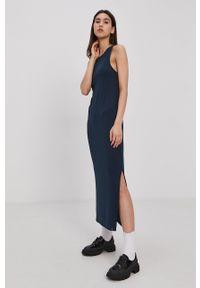 Superdry - Sukienka. Kolor: niebieski. Materiał: włókno, dzianina. Długość rękawa: na ramiączkach. Wzór: gładki. Typ sukienki: dopasowane