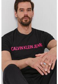 Calvin Klein Jeans - T-shirt. Okazja: na co dzień. Kolor: czarny. Materiał: materiał. Wzór: nadruk. Styl: casual