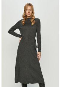Vero Moda - Sukienka. Kolor: szary. Materiał: dzianina. Długość rękawa: długi rękaw. Wzór: gładki. Typ sukienki: rozkloszowane