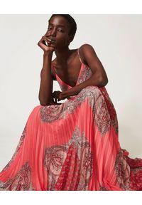 TwinSet - TWINSET - Długa sukienka z plisowaniem. Kolor: czerwony. Materiał: zamsz. Długość rękawa: na ramiączkach. Wzór: nadruk, aplikacja. Styl: boho. Długość: maxi