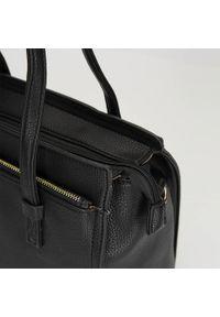 Wittchen - Kuferek z dużą kieszenią. Kolor: czarny. Materiał: skórzane. Styl: klasyczny, casual, elegancki, biznesowy. Rodzaj torebki: na ramię