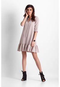 e-margeritka - Sukienka trapezowa z falbaną beżowa - 34. Kolor: beżowy. Materiał: materiał, poliester. Typ sukienki: trapezowe. Styl: elegancki
