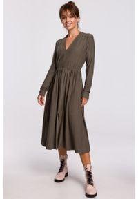 e-margeritka - Sukienka midi rozkloszowana z dekoltem V khaki - 40. Typ kołnierza: dekolt w serek. Kolor: brązowy. Materiał: dzianina, materiał, poliester, bawełna, elastan. Styl: elegancki. Długość: midi