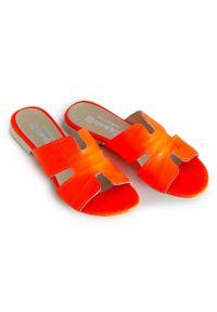 Zapato - damskie klapki na miękkiej podeszwie - skóra naturalna - model 371 - kolor pomarańczowy neon. Okazja: na imprezę, na co dzień. Kolor: pomarańczowy. Materiał: skóra. Wzór: motyw zwierzęcy, kwiaty, nadruk, kolorowy. Sezon: lato, wiosna. Obcas: na płaskiej podeszwie. Styl: wakacyjny, klasyczny, casual
