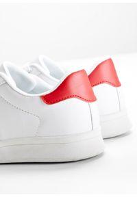 Białe buty sportowe bonprix z paskami