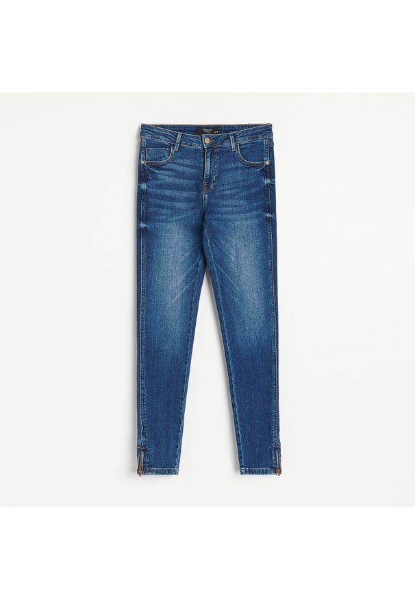 Reserved - Jeansy slim - Granatowy. Kolor: niebieski