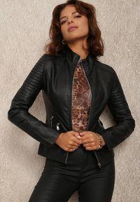 Renee - Czarna Ramoneska Althime. Typ kołnierza: kołnierzyk stójkowy. Kolor: czarny. Wzór: aplikacja. Styl: rockowy