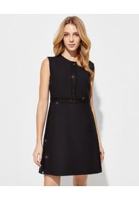 VALENTINO - Czarna sukienka mini z krepy. Okazja: do pracy, na spotkanie biznesowe. Kolor: czarny. Materiał: jedwab, wełna. Wzór: ażurowy, aplikacja. Typ sukienki: dopasowane. Styl: biznesowy. Długość: mini