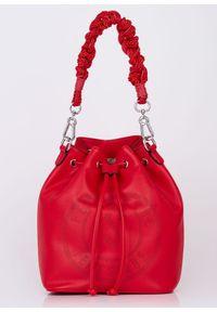 Czerwona torebka w ażurowe wzory