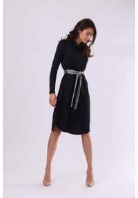 Nommo - Czarna Luźna Sukienka z Lejącym Golfem z Kraciastym Paskiem. Typ kołnierza: golf. Kolor: czarny. Materiał: akryl, poliester, nylon