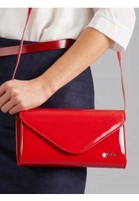 ROVICKY - Kopertówka wizytowa lakierowana czerwona Rovicky W35. Kolor: czerwony. Materiał: skórzane. Styl: wizytowy. Rodzaj torebki: na ramię