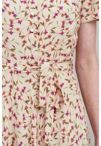 Marie Zélie - Sukienka Rosa Matthiola różowa. Typ kołnierza: kokarda. Kolor: różowy. Materiał: bawełna, wiskoza, skóra, materiał. Długość rękawa: krótki rękaw. Długość: midi