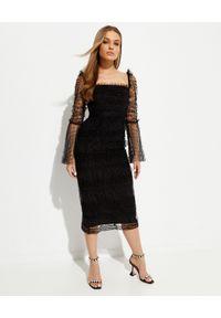 SELF PORTRAIT - Czarna sukienka midi z marszczeniami. Typ kołnierza: dekolt kwadratowy. Kolor: czarny. Materiał: tkanina. Wzór: aplikacja. Styl: elegancki. Długość: midi