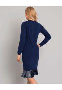 CESARE PACIOTTI - Niebieska sukienka z aplikacją. Kolor: niebieski. Materiał: materiał. Długość rękawa: długi rękaw. Wzór: aplikacja. Typ sukienki: dopasowane. Styl: elegancki. Długość: midi