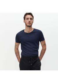 Reserved - Gładki T-shirt Basic - Granatowy. Kolor: niebieski. Wzór: gładki
