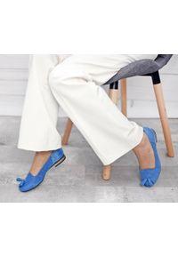 Zapato - balerinki dziurkowane - skóra naturalna - model 010 - kolor szafirowy. Okazja: do pracy. Nosek buta: okrągły. Kolor: niebieski. Materiał: skóra. Wzór: ażurowy. Obcas: na obcasie. Styl: elegancki, klasyczny. Wysokość obcasa: niski