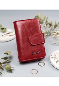 LORENTI - Portfel damski czerwony Lorenti 76115-RFID-BPR RED. Kolor: czerwony. Materiał: skóra