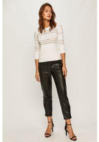 Biały sweter Guess Jeans z aplikacjami