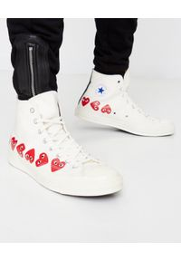 COMME DES GARCONS PLAY - Białe trampki długie z sercami. Okazja: na co dzień. Wysokość cholewki: przed kolano. Nosek buta: okrągły. Kolor: biały. Materiał: dresówka, guma. Szerokość cholewki: normalna. Styl: casual