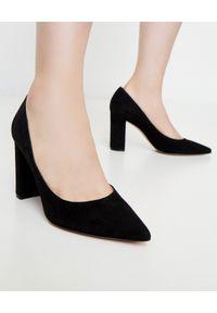 GIANVITO ROSSI - Czarne buty na obcasie Piper. Kolor: czarny. Materiał: zamsz. Obcas: na obcasie. Styl: klasyczny. Wysokość obcasa: średni