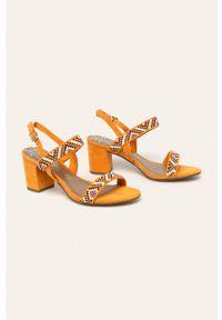Pomarańczowe sandały Marco Tozzi z okrągłym noskiem, na klamry, na obcasie