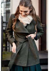 Marie Zélie - Płaszcz wełniany Adela ciemnozielony. Kolor: zielony. Materiał: wełna. Długość rękawa: długi rękaw. Długość: krótkie. Wzór: motyw zwierzęcy, ze splotem. Sezon: zima #5