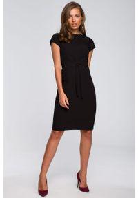 e-margeritka - Sukienka ołówkowa elegancka z paskiem czarna - m. Okazja: do pracy. Kolor: czarny. Materiał: wiskoza, materiał, elastan, tkanina, poliester. Sezon: lato. Typ sukienki: ołówkowe. Styl: elegancki