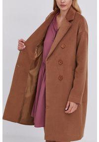 Answear Lab - Płaszcz z domieszką wełny. Kolor: brązowy. Materiał: wełna. Wzór: gładki. Styl: wakacyjny