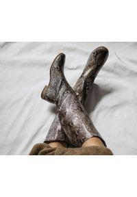 Zapato - wężowe kozaki bez zamka- skóra naturalna - model 125 - kolor wąż. Zapięcie: bez zapięcia. Materiał: skóra. Wzór: moro, aplikacja. Sezon: lato, jesień, wiosna. Obcas: na obcasie. Styl: boho, klasyczny, elegancki, militarny. Wysokość obcasa: niski
