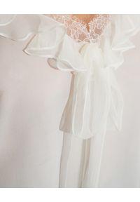 Alexander McQueen - ALEXANDER MCQUEEN - Biała koszulka z koronkowym wykończeniem. Kolor: biały. Materiał: koronka. Długość rękawa: na ramiączkach. Wzór: koronka