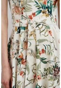 Marie Zélie - Sukienka Alana Luzula kremowa. Typ kołnierza: kokarda. Kolor: kremowy. Materiał: materiał, skóra, bawełna, elastan. Długość rękawa: krótki rękaw. Styl: wizytowy, elegancki