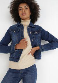 Born2be - Granatowa Kurtka Jeansowa Abalane. Okazja: na co dzień. Kolor: niebieski. Materiał: jeans. Długość rękawa: długi rękaw. Długość: krótkie. Styl: klasyczny, casual