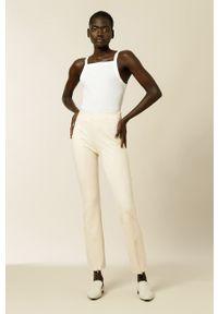 IVY & OAK - Spodnie. Okazja: na co dzień. Stan: podwyższony. Kolor: beżowy. Materiał: materiał. Styl: casual