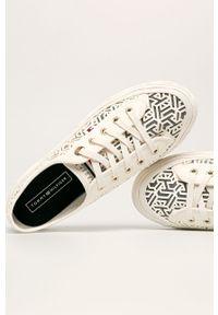 Białe buty sportowe TOMMY HILFIGER z okrągłym noskiem, z cholewką, na sznurówki